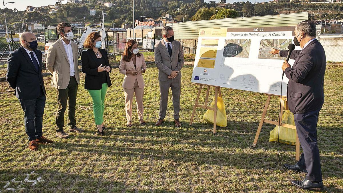 Los responsables políticos municipales y estatales escuchan las explicaciones sobre la pasarela de Pedralonga.