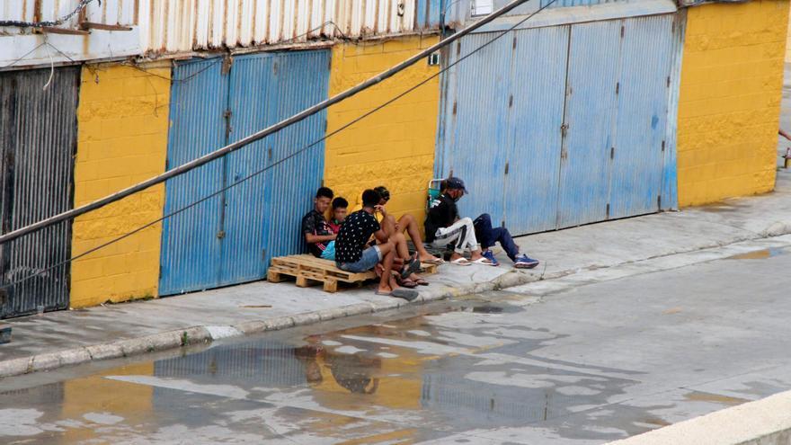 Medio centenar de inmigrantes tratan de acceder a Ceuta por mar y saltando la valla