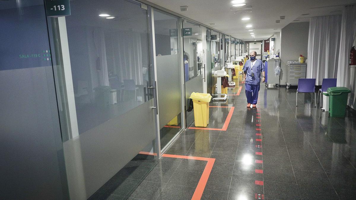 El doctor Barturen muestra las UCI preparadas en la planta menos 1 C de Son Espases.