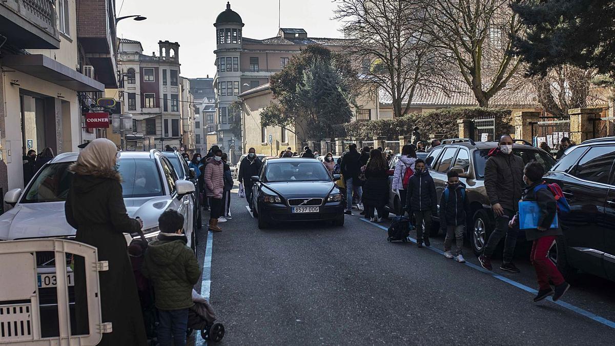 Salida de alumnos del colegio Arias Gonzalo, en la calle de Pablo Morillo. | Emilio Fraile