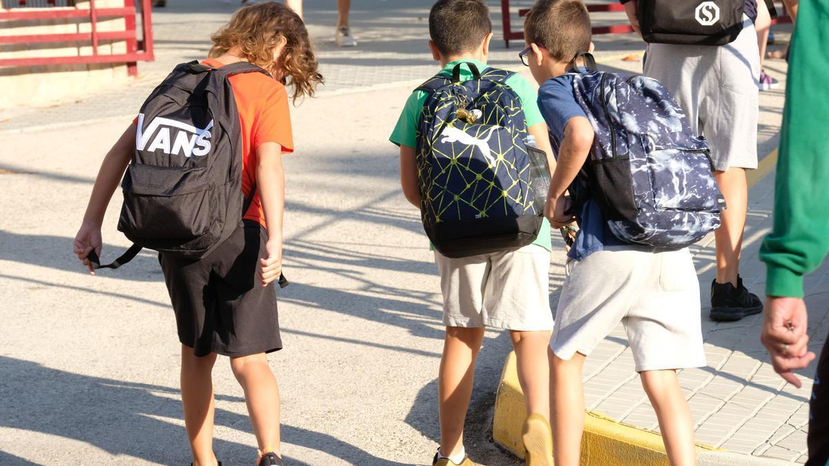 Foto de archivo de la vuelta al cole de alumnos de infantil y primaria de Elda.