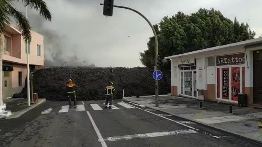 Bomberos ante el avance de la lava del volcán en las proximidades de la iglesia de La Laguna