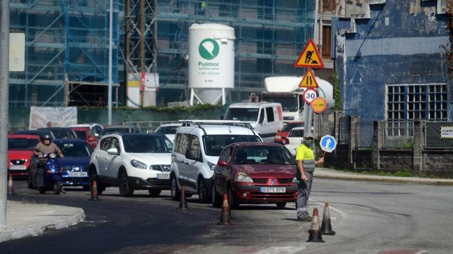 Las obras de la ciclovía provocan un caos de tráfico en la transitada calle de Fexdega