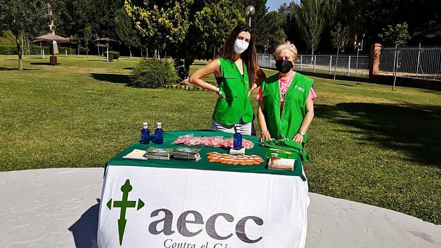 La AECC de Benavente organiza una campaña de prevención solar en la piscina municipal