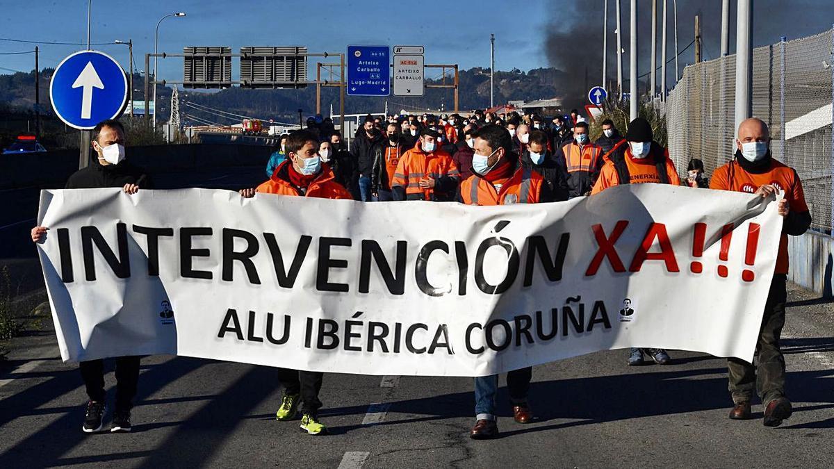 Trabajadores de Alu Ibérica, durante una protesta.     // CARLOS PARDELLAS