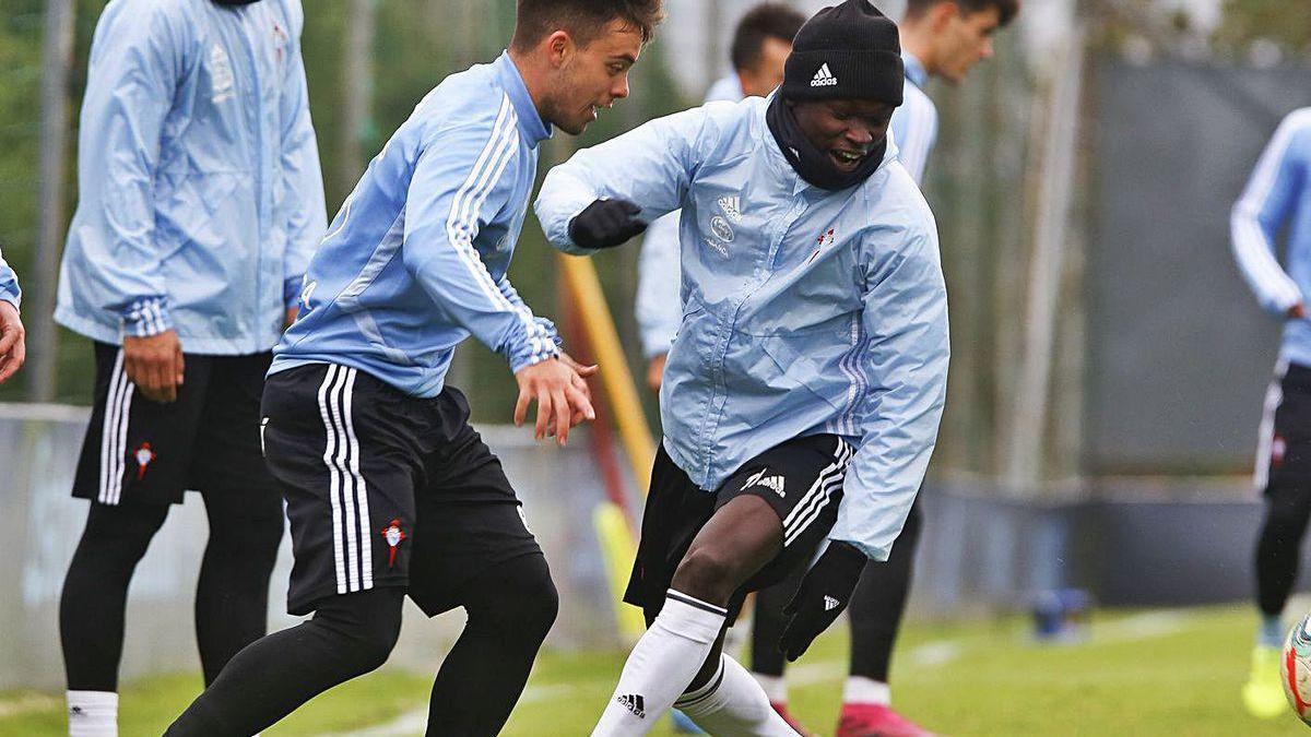 Gabriel Fernández observa a Fran Beltrán y Pione Sisto durante un entrenamiento.
