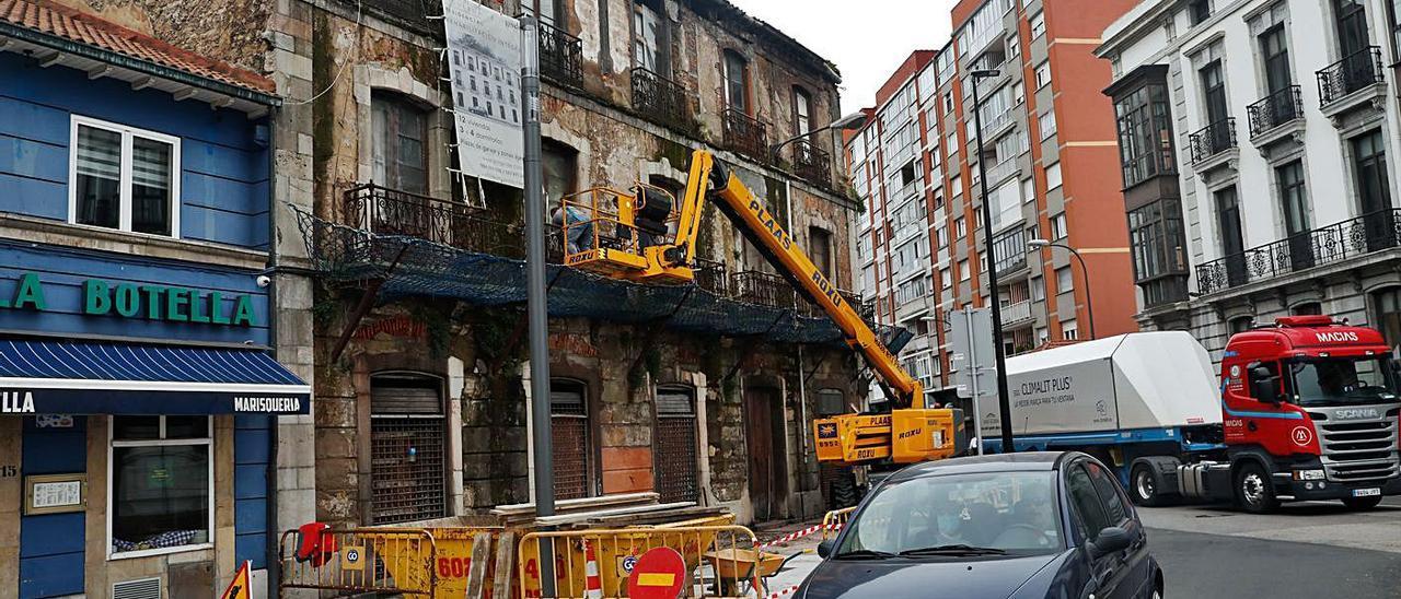 Labores de reparación de la fachada en el edificio de Musical Campos hace unas semanas.