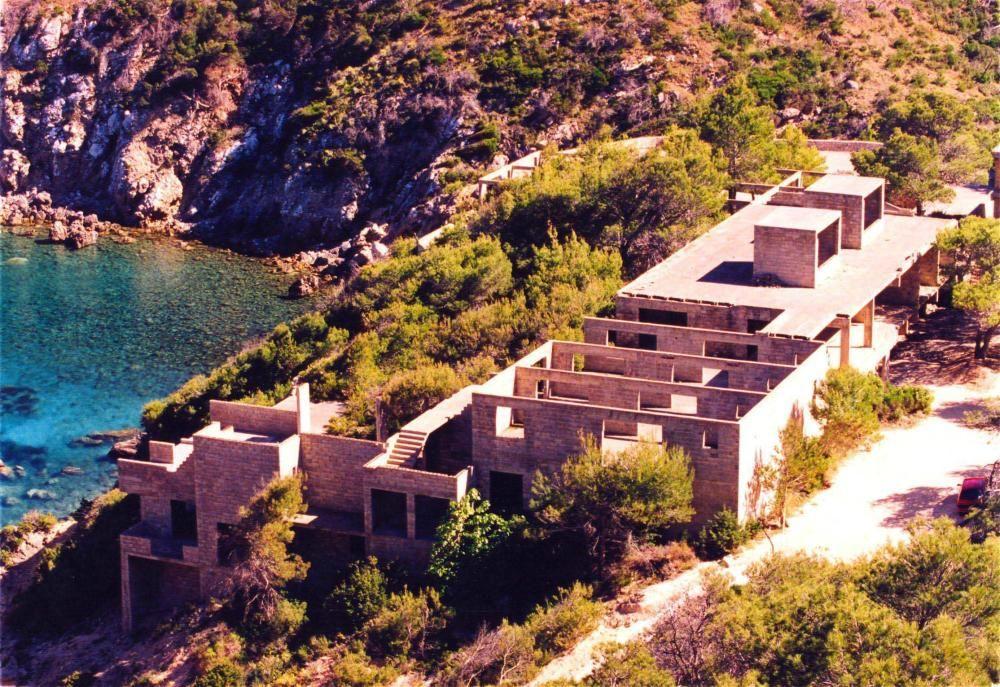 La estructura inacabada del complejo turístico de Cala d'en Serra que el arquitecto Josep Lluís Sert diseñó en la década de los 70.
