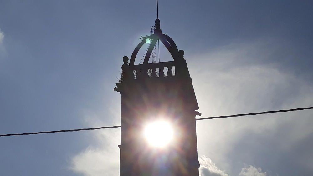 Linya. Passant per la carretera de Sant Ponç, a l'alçada de Linya (Navès), el sol ja començava a pondre's i produïa aquest efecte tan bonic amb el campanar.