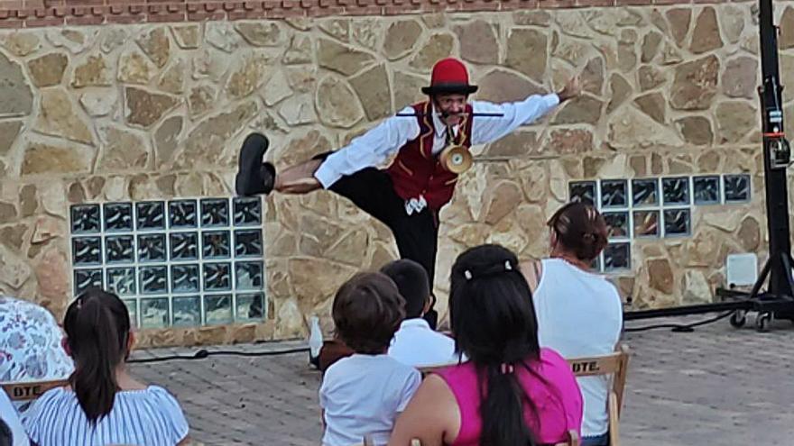 Aforo completo en el primer espectáculo para los niños en el patio de San Juan