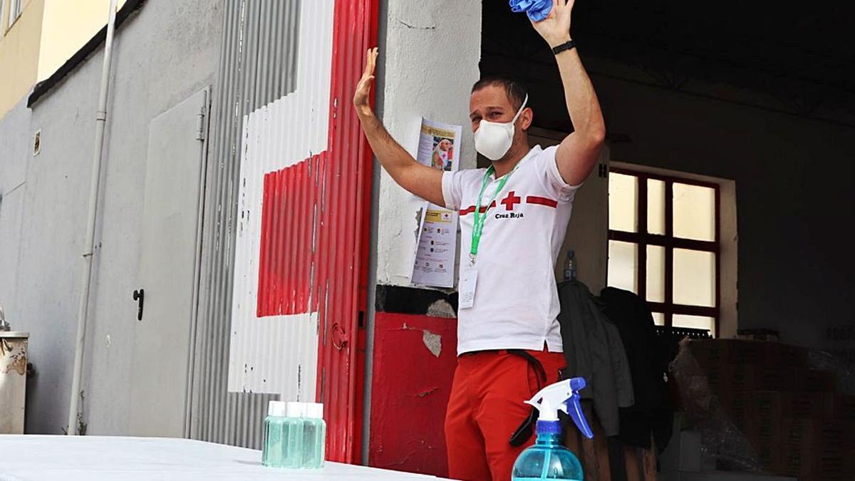 Un técnico de Cruz Roja ofrece formación sobre el uso de guantes y mascarillas. | Cedida