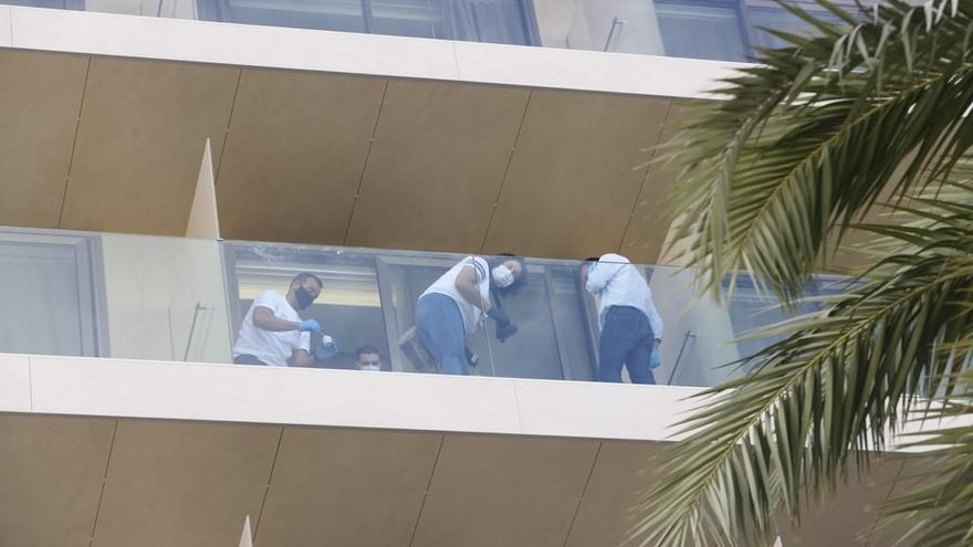 Moren dos turistes de 26 i 22 anys després de precipitar-se des d'un quart pis d'un hotel a Eivissa