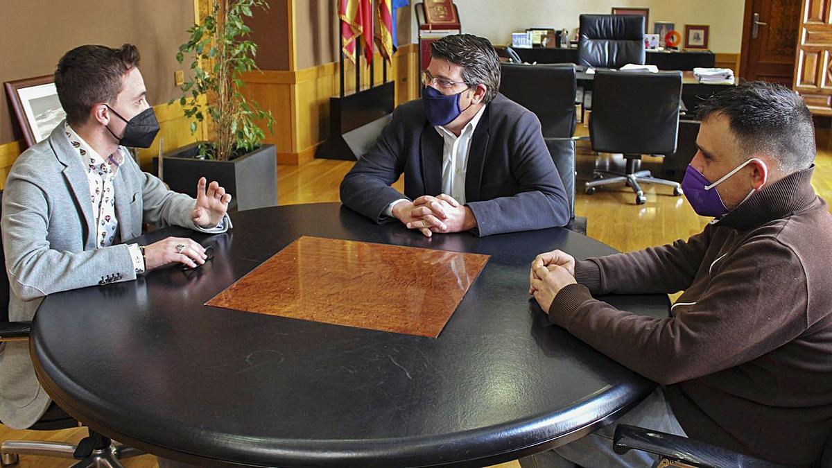 Raúl Mollà con el alcalde y el regidor de Educació en la recepción en el ayuntamiento. | LEVANTE-EMV