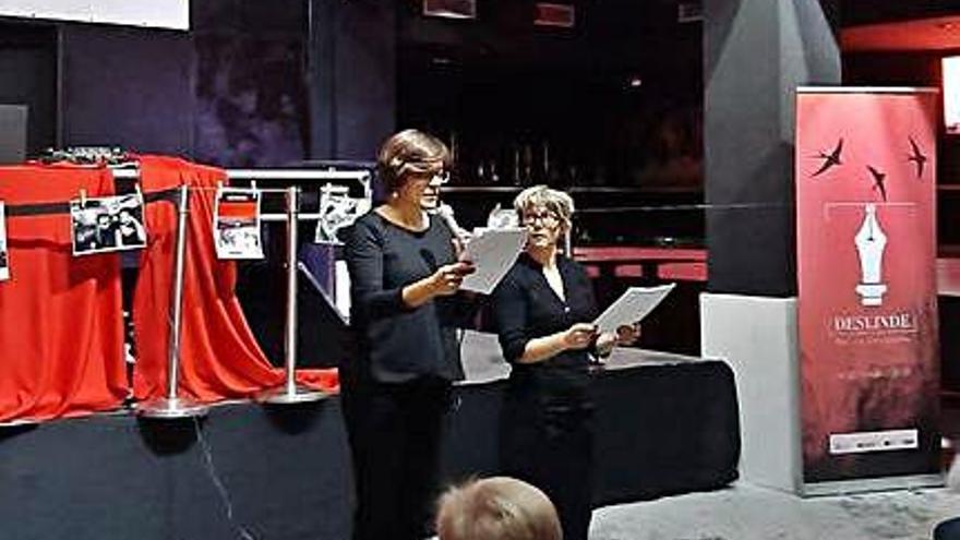 Natalia Carbajosa Palmero, con el micro, en una de las presentaciones del volumen.
