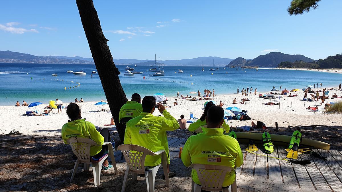 Socorristas en la playa de Rodas