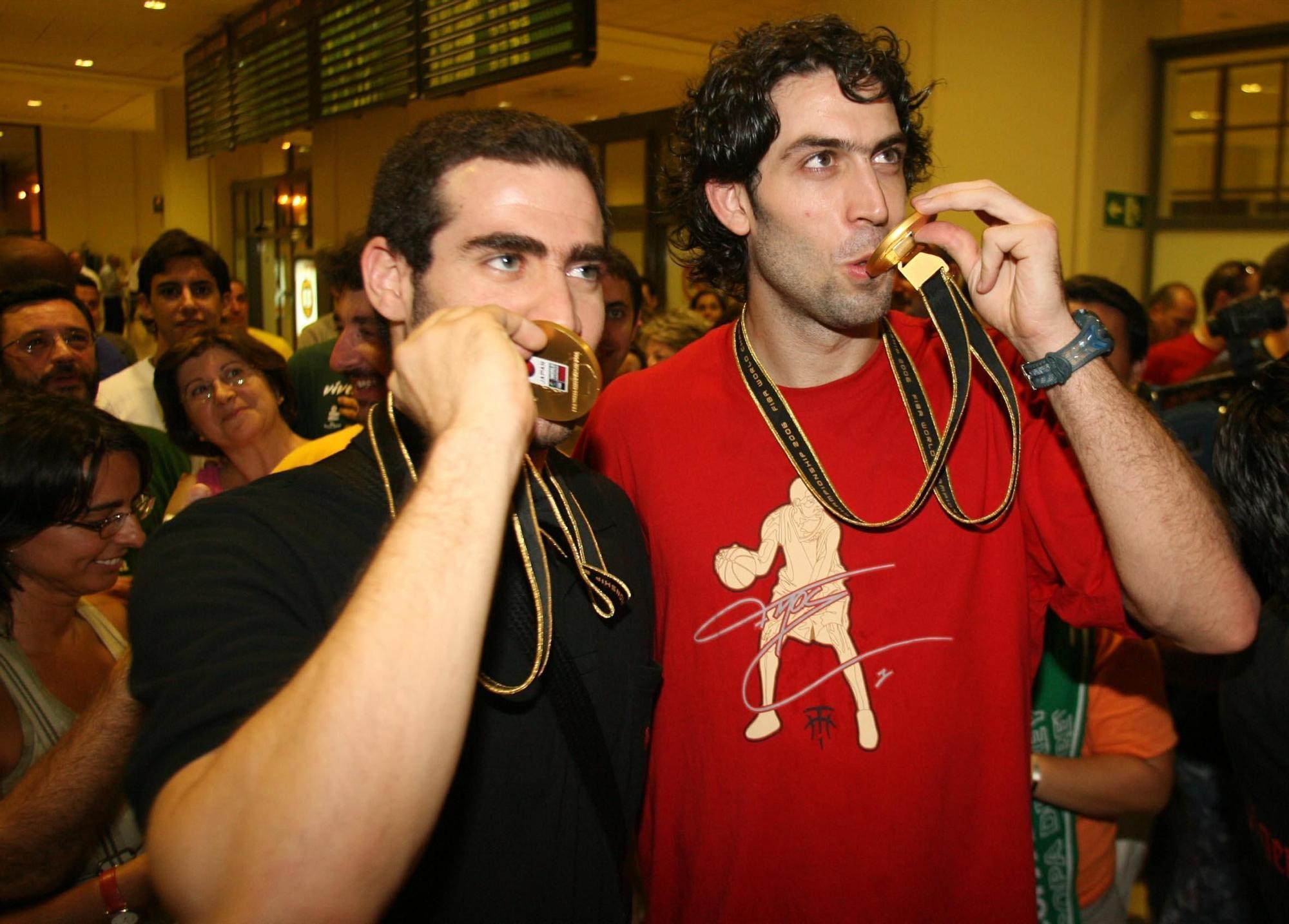 Carlos Cabezas besa su medalla de oro del Mundial de 2006 junto a Berni Rodríguez.