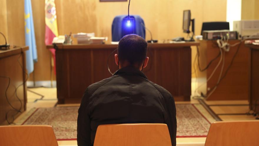 Dos años de prisión, multa y alejamiento por grabar a su hijastra desnuda en Avilés