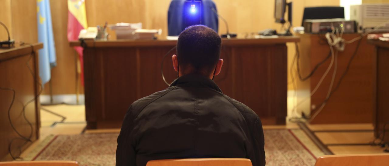 El acusado, ayer, ante el juez.