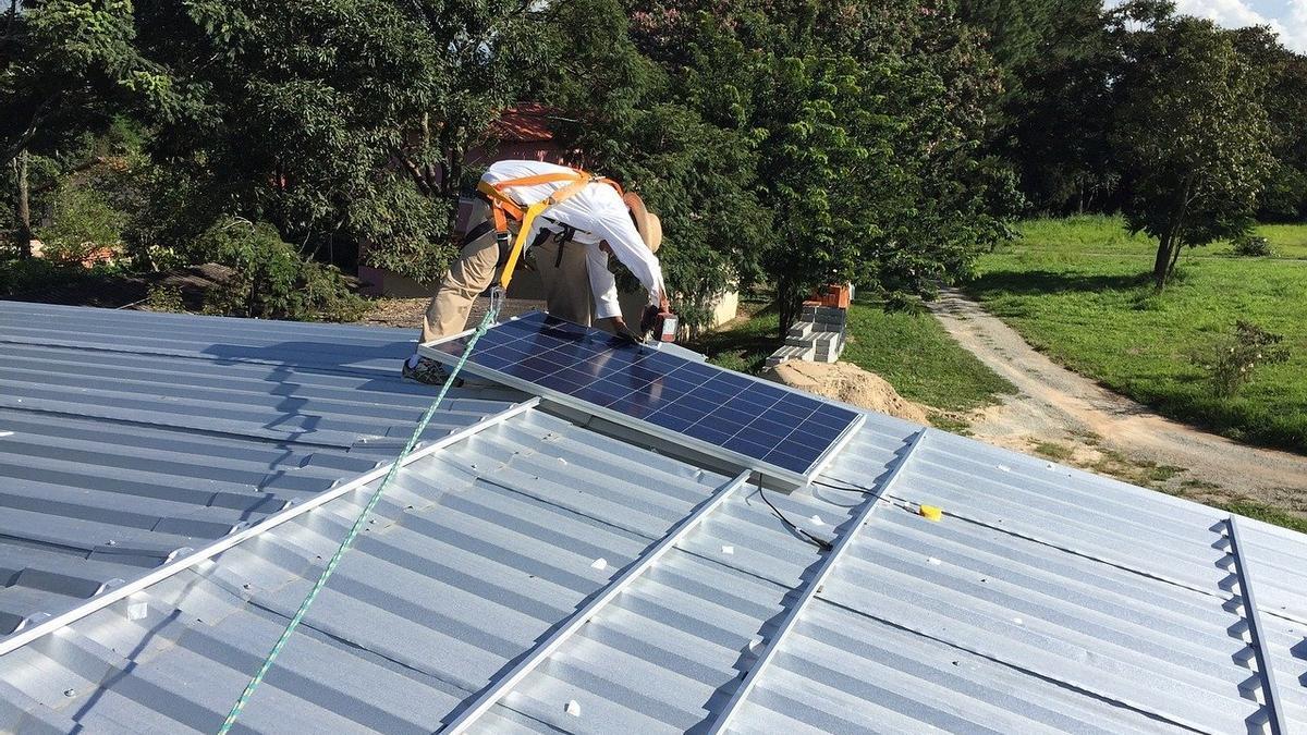 Una instalación de autoconsumo fotovoltaico en el tejado de una vivienda.
