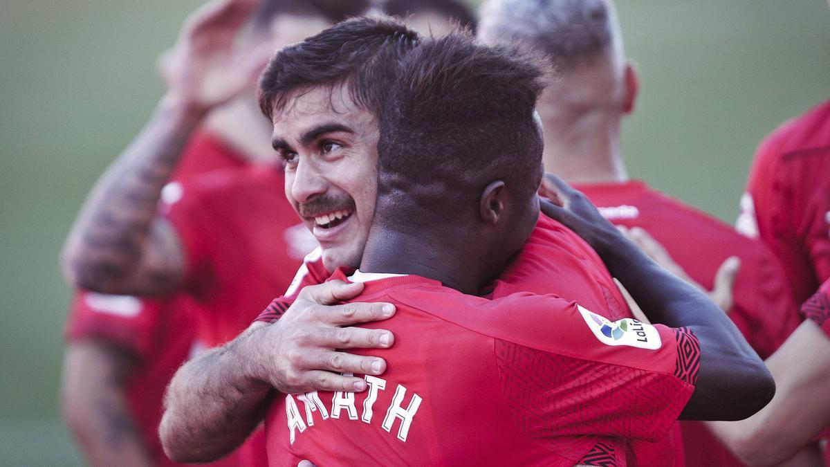 Abdón se abraza con Amath tras marcar ante el Mirandés.    MANU MIELNIEZUK