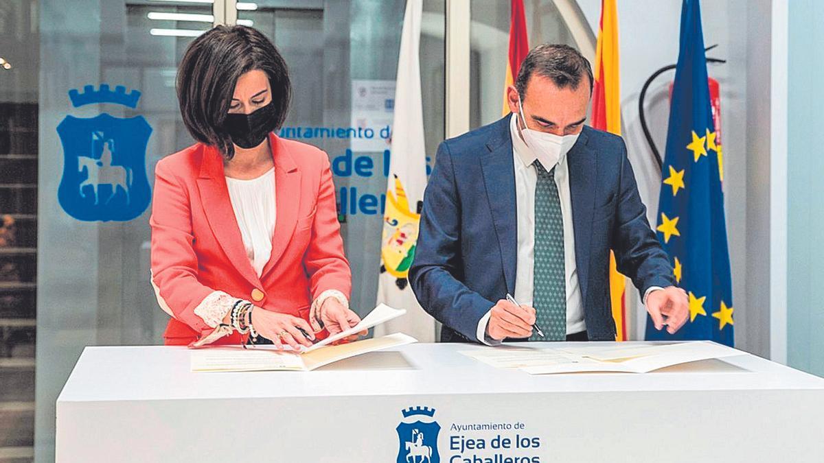 Acto de la firma de la alcaldesa, Teresa Ladrero, con el director general de Apex, Santiago Sala, ayer.FOTOS