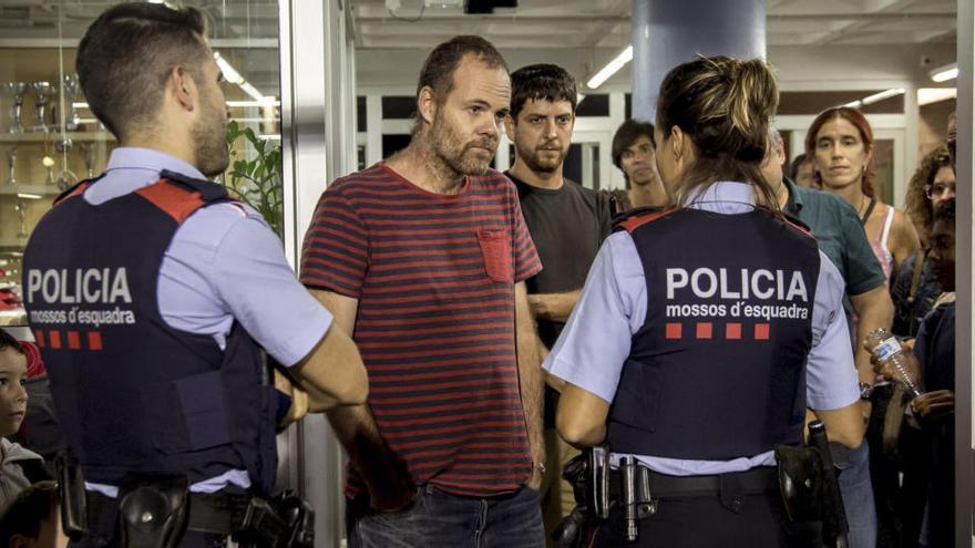 """El juez exculpa a Trapero pero ve """"indicios de desobediencia grave"""" en siete mossos el 1-O"""