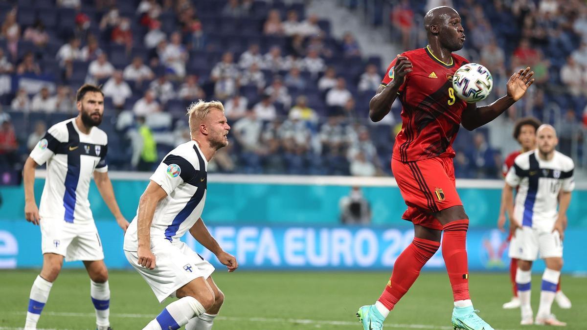 Romelo Lukaku controla un balón con el pecho.