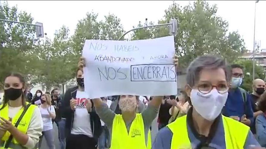 Los barrios confinados en Madrid se echan a la calle contra las restricciones