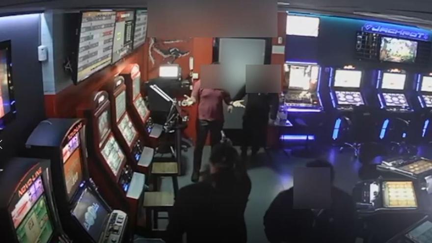 Tres detenidos por atracar a mano armada salones de juegos en Mijas, Fuengirola y Benalmádena