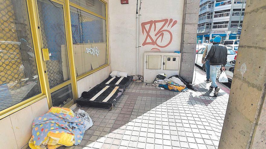 Una vecina halla muerto a un joven de 20 años que dormía en la calle Albareda