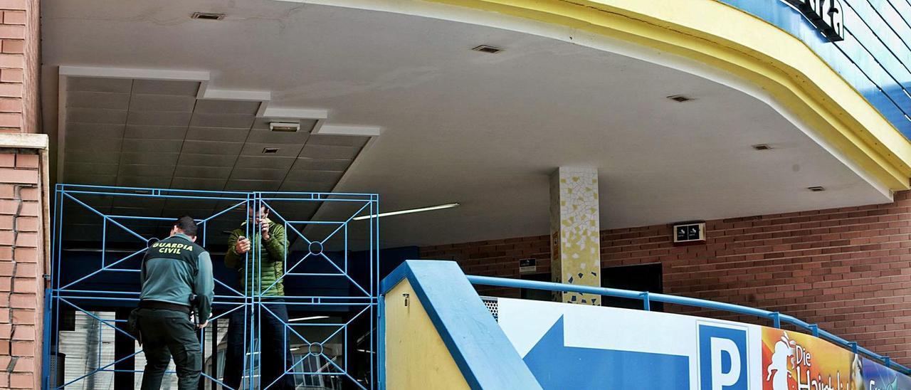 Imagen de archivo de un guardia civil el día del incendio en el gimnasio, situado en un centro comercial de Calp.