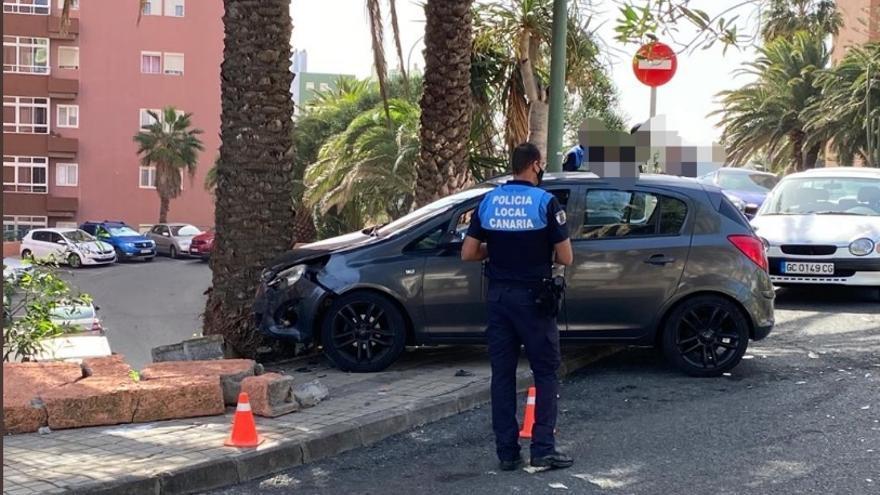 Una herida leve tras impactar un coche contra un muro en la capital grancanaria