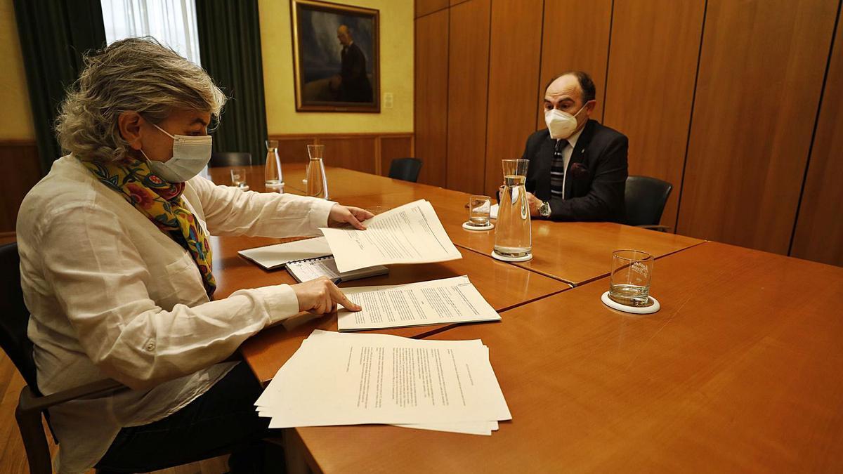 Ana González e Ignacio Villaverde, ayer, durante la reunión que mantuvieron en el Ayuntamiento.