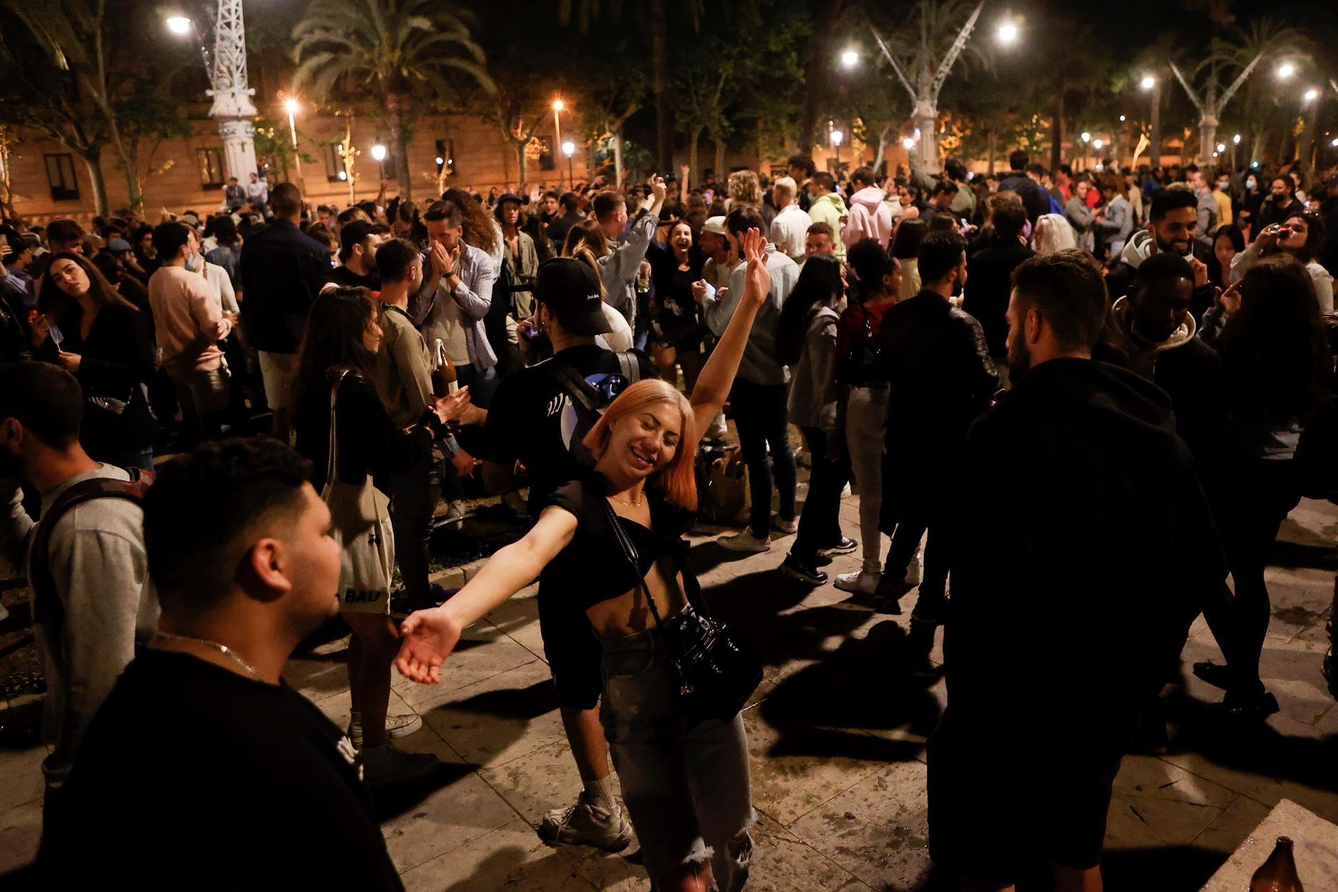 Imagen del Passeig Lluis Companys de Barcelona donde cientos de personas se concentran tras el fin del estado de alarma.