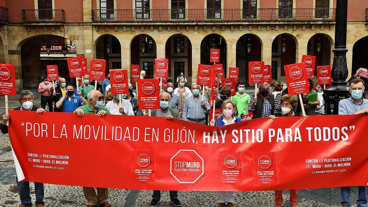 La manifestación de Stop Muro, ayer, en la plaza Mayor. | Juan Plaza