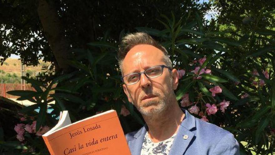 """El poeta zamorano Jesús Losada saca su antología """"Casi una vida"""""""