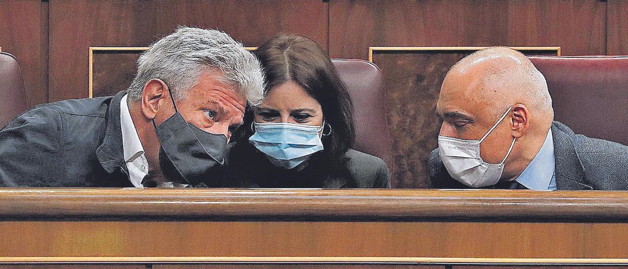 El diputado de NC Pedro Quevedo (izquierda) con los socialistas Adriana Lastra –portavoz parlamentaria del PSOE– y Rafael Simancas, en el Congreso. | | EFE
