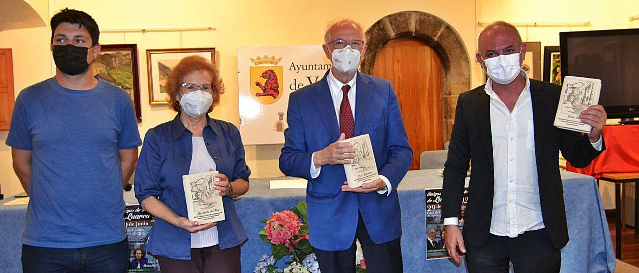 Por la izquierda, el concejal de Cultura, Ismael González; la científica Margarita del Val, el virólogo Luis Enjuanes, y el escritor Xuan Bello, ayer, durante el acto.   A. M. Serrano