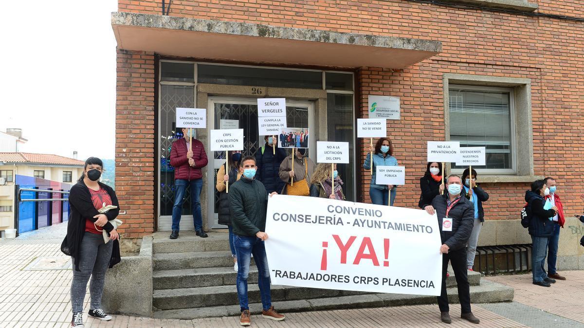 Los trabajadores del CRPS, ediles y delegados sindicales, en la protesta de ayer jueves.