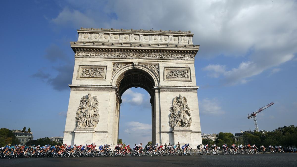 El pelotón a su paso por el Arco del Triunfo de París en una edición anterior