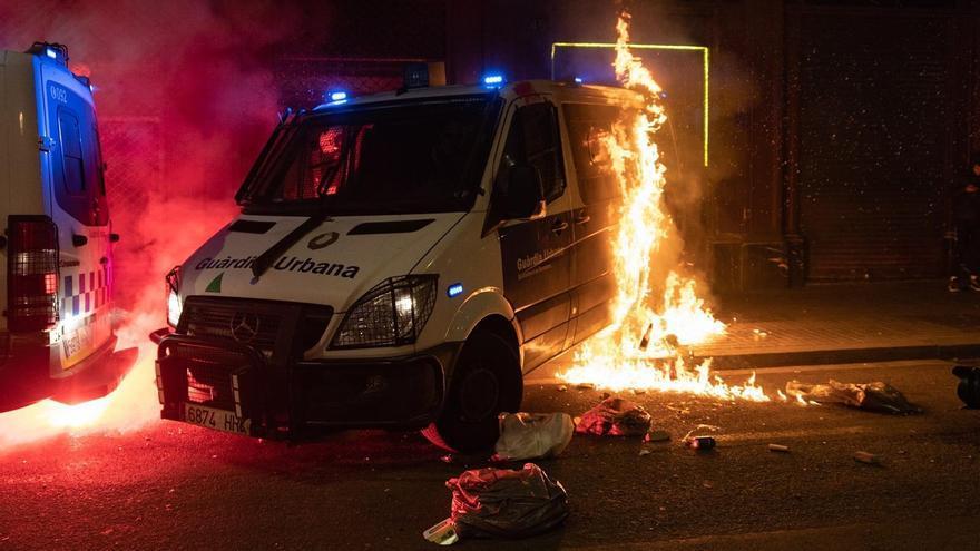 Prenden fuego a una furgoneta de la Guardia Urbana con agentes dentro en Barcelona