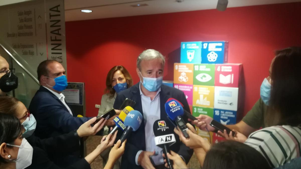 Jorge Azcón atiende a los medios de comunicación
