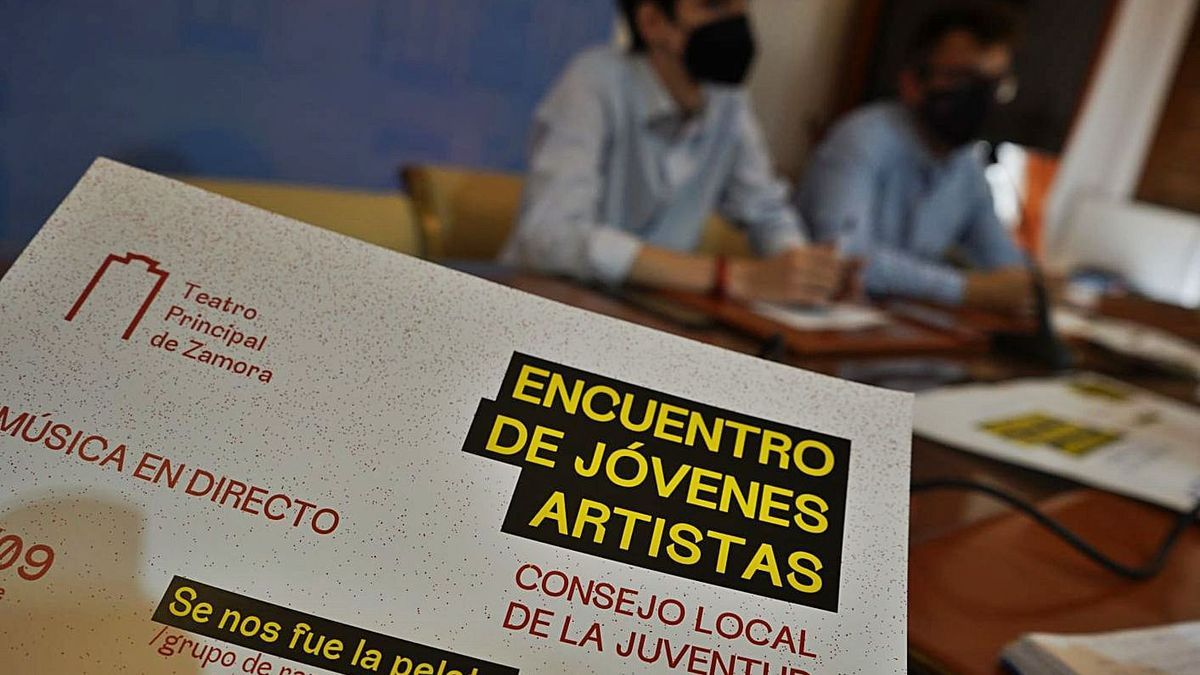 El presidente del Consejo, Gestoso, y el edil de Juventud, López, presentan los conciertos. | Jose Luis Fernández