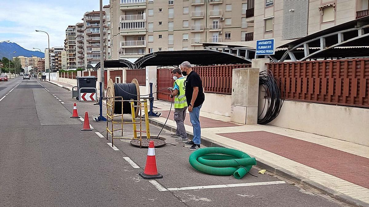 Operarios trabajan en el despliegue de la fibra en varias zonas de Benicàssim, como la parte sur del municipio.