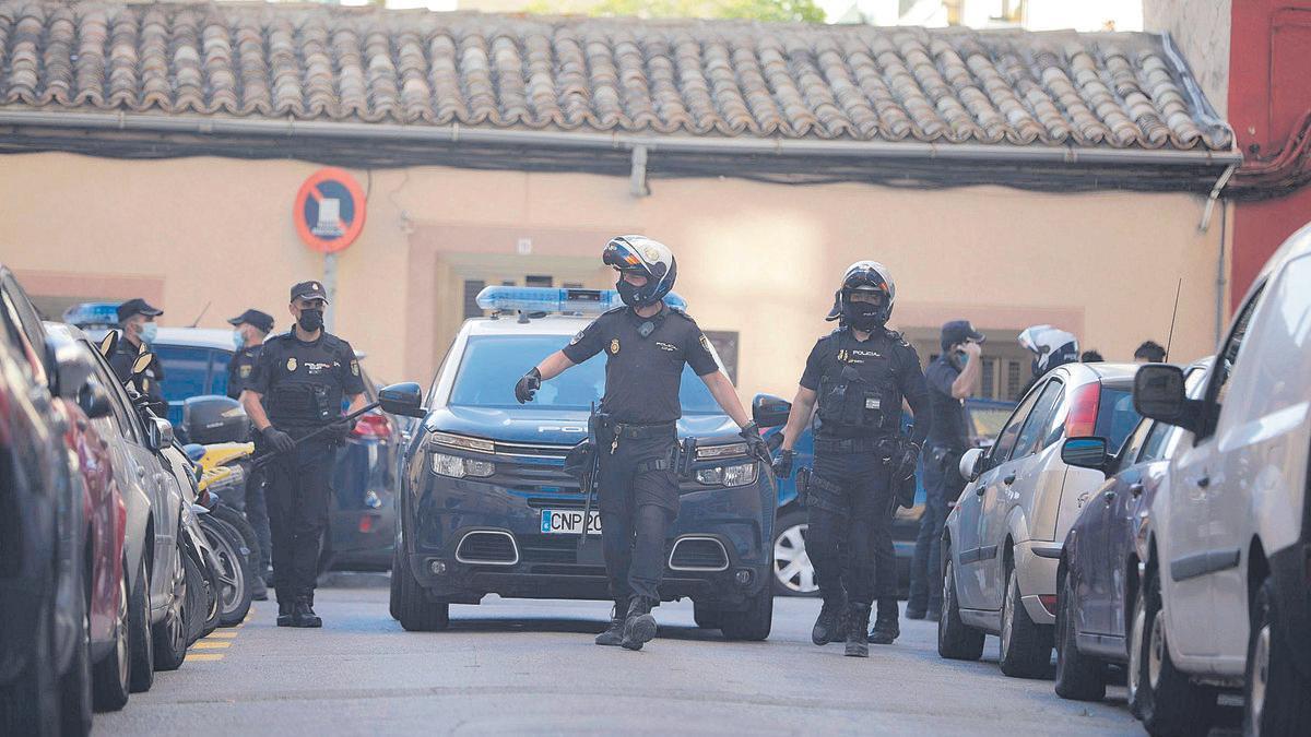 Un gran contingente policial mantuvo cortada la calle mientras los investigadores examinaban el lugar del tiroteo