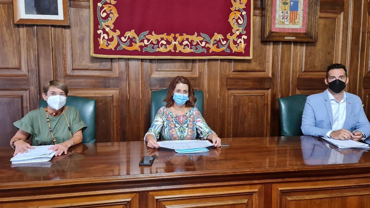 Rueda de prensa de la alcaldesa de Teruel, Emma Buj, acompañada del primer teniente de alcalde, Ramón Fuertes, y de la concejal de Contratación, Rocío Féliz de Vargas.