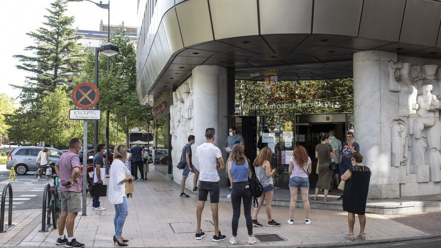 Colas en Zamora para solicitar las ayudas de la Junta a los afectados por los ERTE