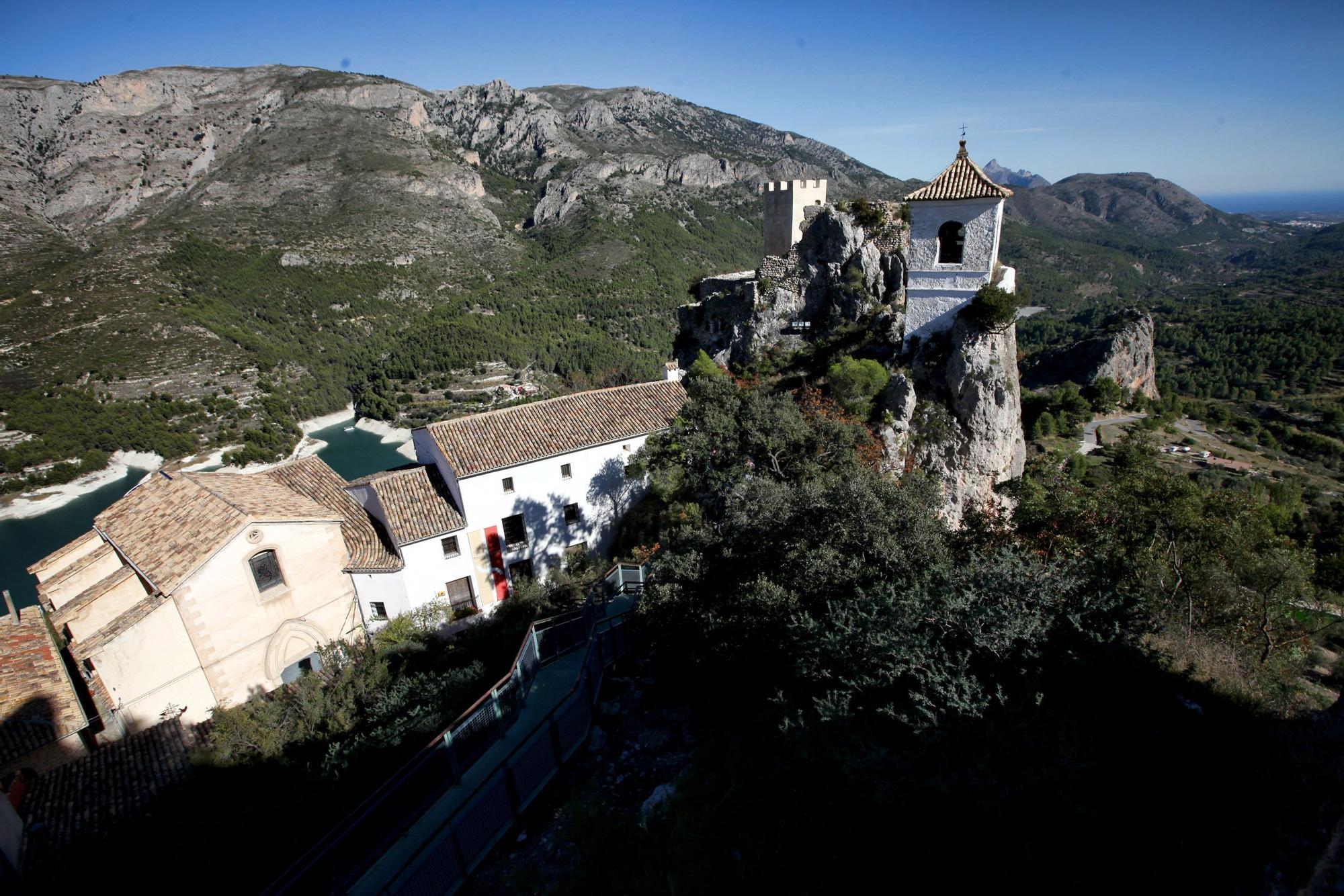 Guadalest es un destino perfecto para realizar una excursión de un día desde Alicante o Benidorm. Está declarado Conjunto Histórico-Artístico desde 1974 y forma parte de la Asociación Los pueblos más bonitos de España.