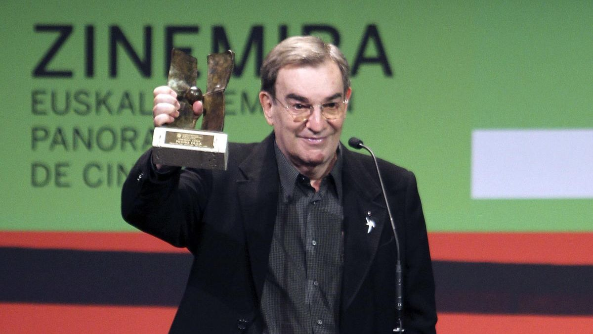 Una imagen de archivo del cineasta Pedro Olea tras recibir el premio Zinemira.