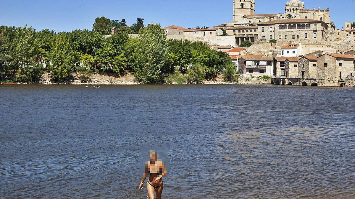 Algunos bañistas habituales desoyen la recomendación de no bañarse en Los Pelambres. | Nico Rodríguez